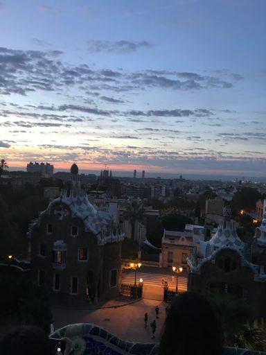 朝のグエル公園、日の出前