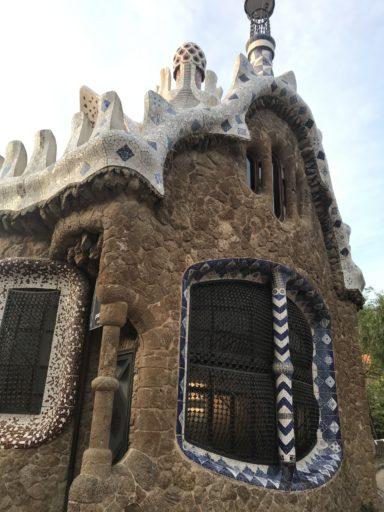 グエル公園入り口 おかしの家風建物
